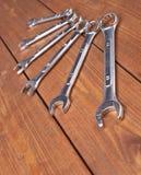 Комплект wrenchs покрывает хромом аппаратуры гаечного ключа металла на деревянной поверхности Стоковое Изображение RF