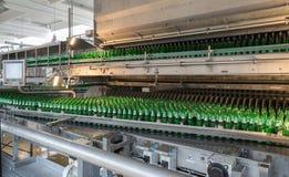 Конвейерная лента с пивными бутылками в винзаводе Стоковые Изображения RF