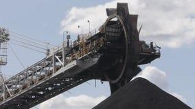 Конвейерная лента угля/крупный план затяжелителя сток-видео