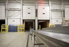 Конвейерная лента в перекрестных пакетах нагрузки стыковки к ba Стоковое Фото