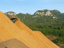 Конвейерная лента сбрасывая кучу песка крупноразмерную стоковая фотография
