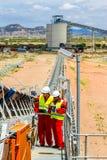 Конвейерная лента транспортируя руду платины для обрабатывать с мини стоковая фотография rf