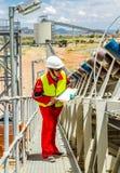 Конвейерная лента транспортируя руду платины для обрабатывать с мини стоковые фотографии rf