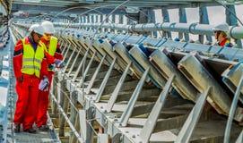 Конвейерная лента транспортируя руду платины для обрабатывать с мини стоковые изображения rf