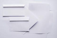 Конверты белой бумаги стоковые фотографии rf