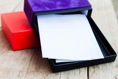 Конверты в открытой коробке подарка Стоковые Изображения