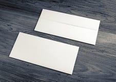 Конверты на деревянной предпосылке Стоковое Фото