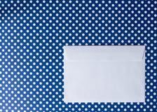 Конверт белой бумаги на голубой точке польки предпосылки Стоковые Фотографии RF