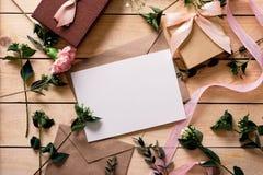 Конверт бумаги Kraft с белой карточкой Стоковое Изображение RF