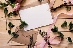Конверт бумаги Kraft с белой карточкой Стоковое фото RF