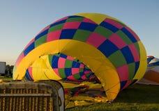 Конверт горячего воздушного шара будучи надуванным на том основании Стоковая Фотография RF