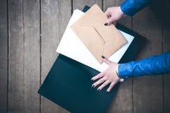 Конверт и бумага в папке Стоковые Изображения RF
