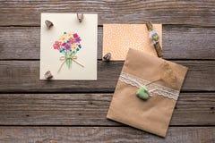 Конверт с белой лентой и 2 открытки с цветками Стоковое Изображение RF