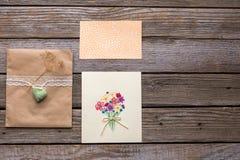 Конверт с белой лентой и 2 открытки с цветками Стоковое Фото