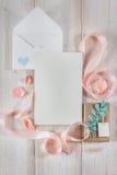 Конверт с письмом, розовой лентой и подарками на деревянной предпосылке Стоковая Фотография RF