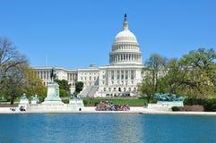 Конгресс капитолия США с туристами в солнечном дне Стоковые Фото