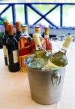 Конгяк рябиновки вина на таблице Стоковые Фотографии RF