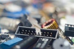 Конденсаторы, соединитель и обломоки электронных блоков с голубым стоковое фото