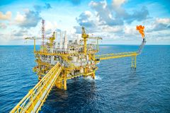 Конденсат и сырая нефть сырцового газа продукции объекта оффшорной нефти и газ центральный и после этого обрабатывают для посланн стоковые фотографии rf