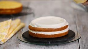 Кондитер в кухне украшая торт Делать торт с завалкой ананаса акции видеоматериалы
