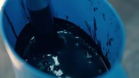 Кондитер плавит темный шоколад используя варить подогреватель видеоматериал