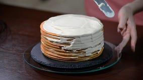 Кондитер подготавливает торт слоя Варить торт видеоматериал