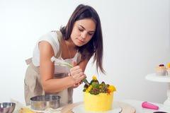 Кондитер подготавливает торт Стоковые Фотографии RF