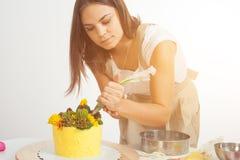 Кондитер подготавливает торт Стоковые Изображения RF