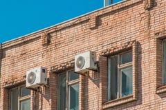 Кондиционеры воздуха на стене старого кирпичного здания стоковое фото