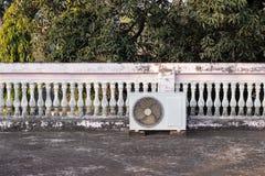 Кондиционер установленный в трассировки дома стоковое изображение rf
