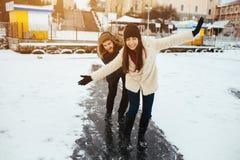 Конек человека и женщины на льде Стоковое Изображение