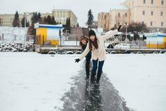 Конек человека и женщины на льде Стоковые Изображения RF