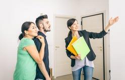 Конец агента по продаже недвижимости контракт стоковая фотография
