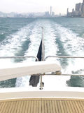 Конец белых яхты и здания Гонконга Стоковое Изображение