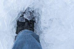 Конец ботинка снега вверх снятый ботинка льда стоя и идя в свежий белый снег порошка лед чистый и холодный смотреть _ стоковое фото