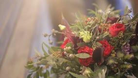 Конец букета свадьбы цветочной композиции вверх по стрельбе внутри комнаты сток-видео