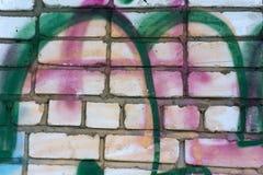 Конец-вверх абстрактной пакостной покрашенной деревянной поверхности, пропуская краски различных ярких цветов, как граффити цвета Стоковые Изображения RF