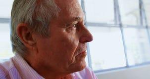 Конец-вверх активного кавказского старшего человека ослабляя на доме престарелых 4k видеоматериал