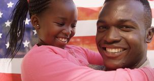 Конец вверх американского солдата обнимает его дочь видеоматериал