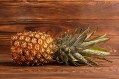 Конец-вверх ананаса на деревянной коричневой предпосылке Стоковые Фотографии RF