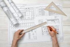 Конец-вверх архитектора вручает держать правителя и карандаша сантиметра Стоковые Изображения