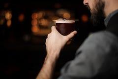 Конец-вверх бармена с коктейлем алкоголя стоковое изображение rf