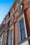 Конец-вверх барочных окон здания периода и внешней стены Стоковая Фотография RF