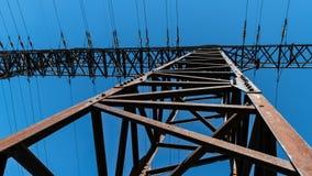 Конец-вверх башни передачи против голубого неба стоковые изображения rf