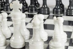 Конец-вверх белого короля на отверстии шахматов Мраморная доска Стоковые Фото
