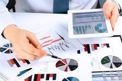 Конец-вверх бизнесмена анализируя диаграммы на цифровой таблетке Стоковая Фотография RF