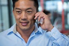 Конец-вверх бизнесмена говоря на мобильном телефоне Стоковые Изображения RF