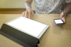 Конец-вверх бизнесмена используя планшет и умный телефон к Стоковое фото RF
