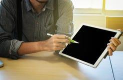 Конец-вверх бизнесмена используя планшет, который нужно работать с finan Стоковые Изображения RF