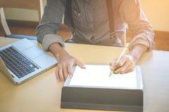 Конец-вверх бизнесмена используя таблетку и компьютер к работе fi Стоковые Фотографии RF